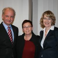 Neumitglied Anita Kugelmann, umrahmt vom Kreisvorsitzenden Roland Mair und Bundestagsabgeordneten Ulrike Bahr